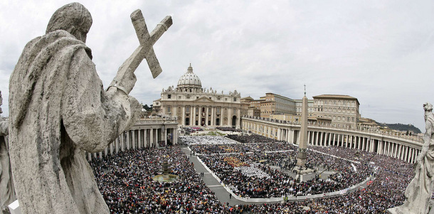 St. Peter's Square is filled with pilgrims for the installation Mass of Pope Benedict XVI at the Vatican April 24. Attending the Mass were an estimated 350,000 people, including delegations from more than 130 countries and from dozens of other denominations. (CNS photo from Reuters) (April 25, 2005) See INAUGURATION-MASS April 24, 2005.